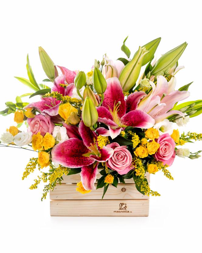 Aranjament cu crini și trandafiri