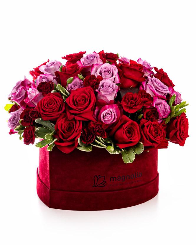 Cutie inimă cu trandafiri mov și roșii