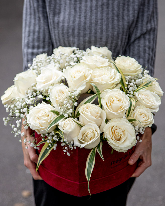 Trandafiri albi in cutie inima