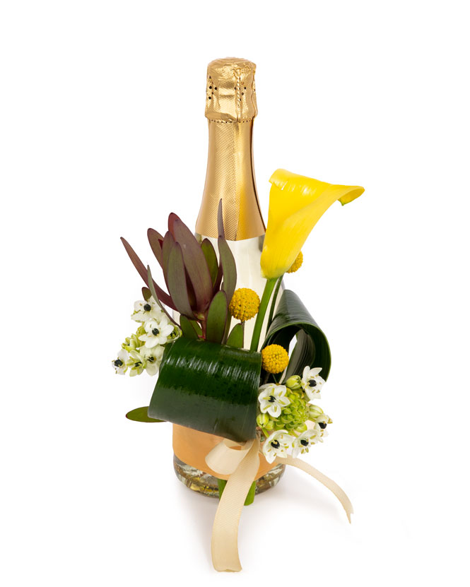 Aranjament floral pe sticla de sampanie