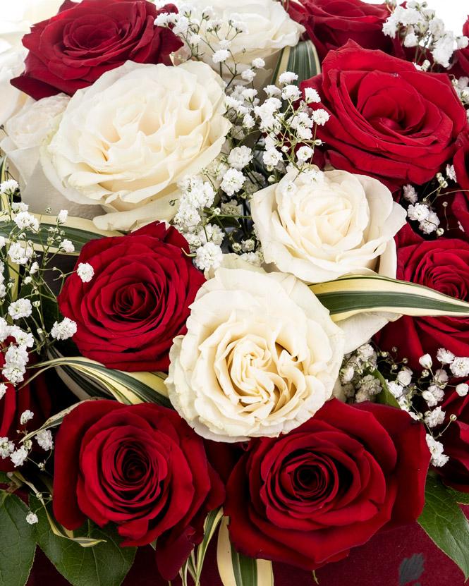 Trandafiri albi și roșii in cutie inimă