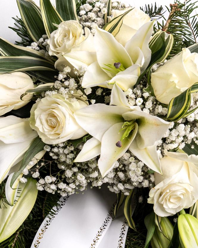 Jerbă funerară cu trandafiri albi și crini