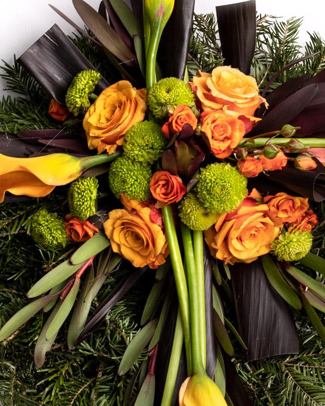 Jerbă funerară cu trandafiri portocalii și cale