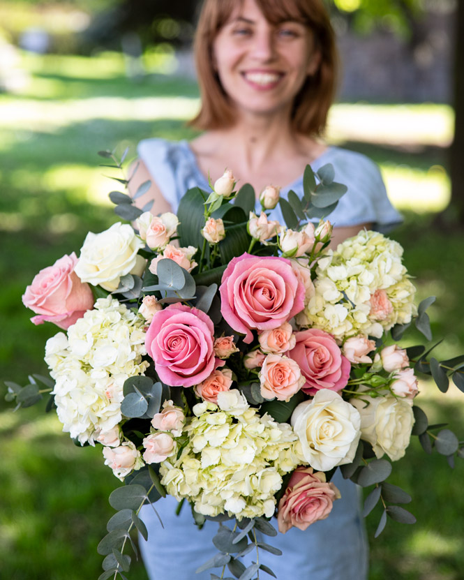 Bouquet of hydrangea and pink roses