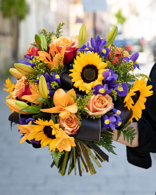Buchet floarea soarelui şi trandafiri