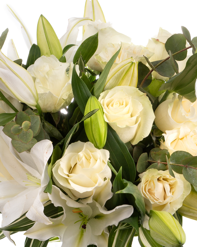 Buchet trandafiri albi şi crini imperiali