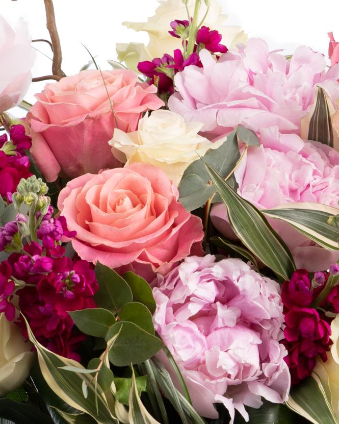 Buchet cu bujori si trandafiri