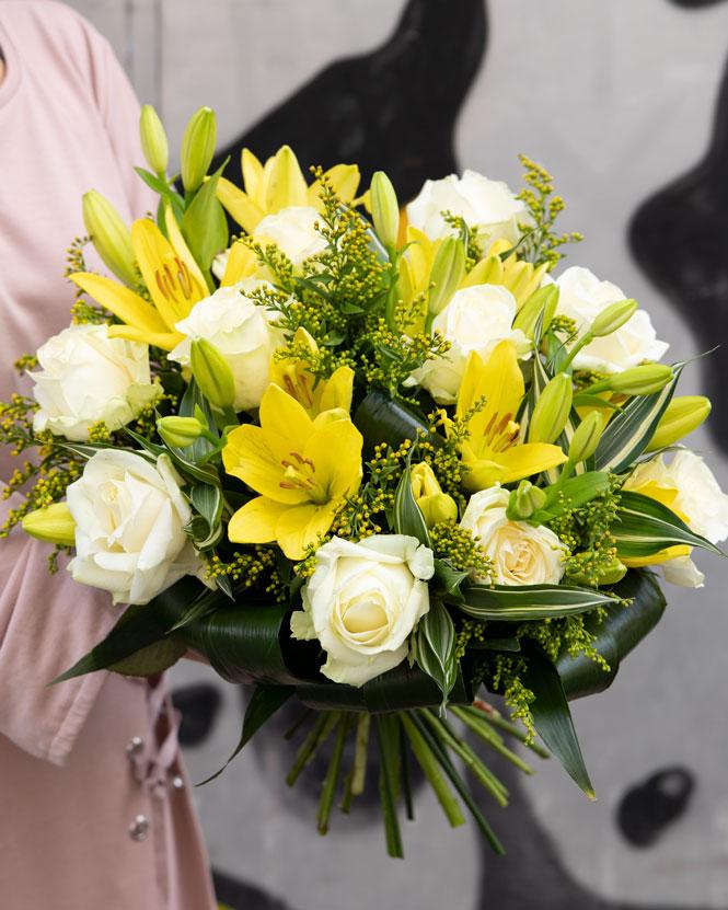 Buchet crini galbeni si trandafiri albi