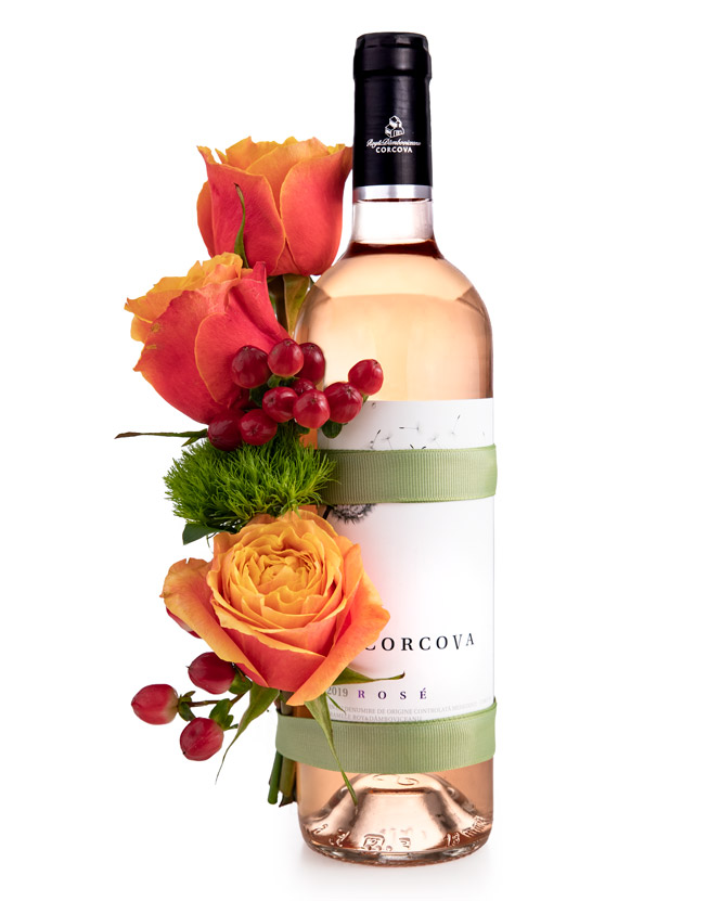 Aranjament cu vin rosé și trandafiri
