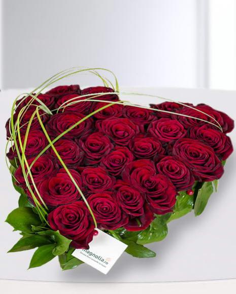 Inimă florală cu 25 trandafiri roşii