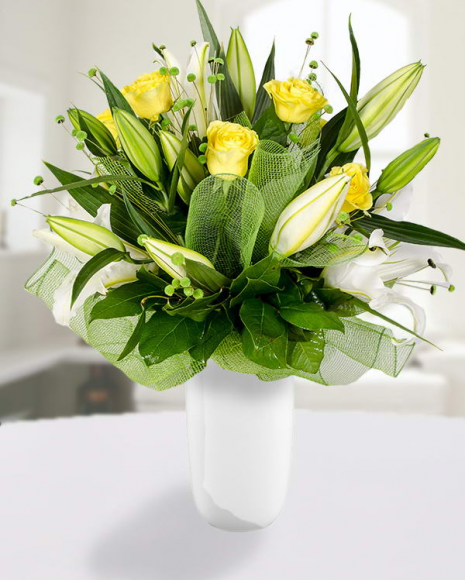 Buchet crini imperiali albi,  trandafiri galbeni și accesorii poza 2