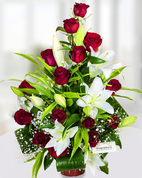 Aranjament din trandafiri Freedom şi crini imperiali albi