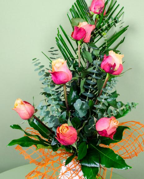 Buchet 7 trandafiri decoraţi cu asparagus şi Phoenix