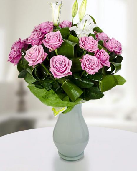 Buchet 23 trandafiri roz şi un crin imperial