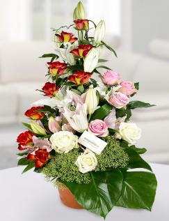 Aranjament din crini imperiali şi trandafiri