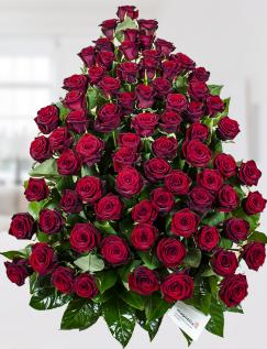 Aranjament cu 75 trandafiri roşii