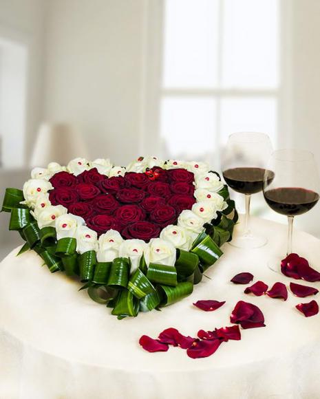 Aranjament floral în formă de inimă din 41 trandafiri
