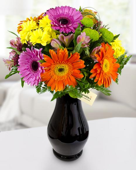 Buchet de flori în culori vibrante