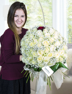 100 trandafiri albi si unul rosu