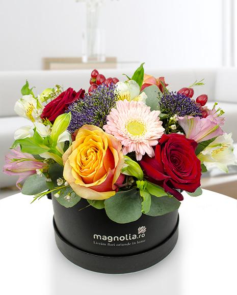 Aranjament cutie cu trandafiri și gerbera