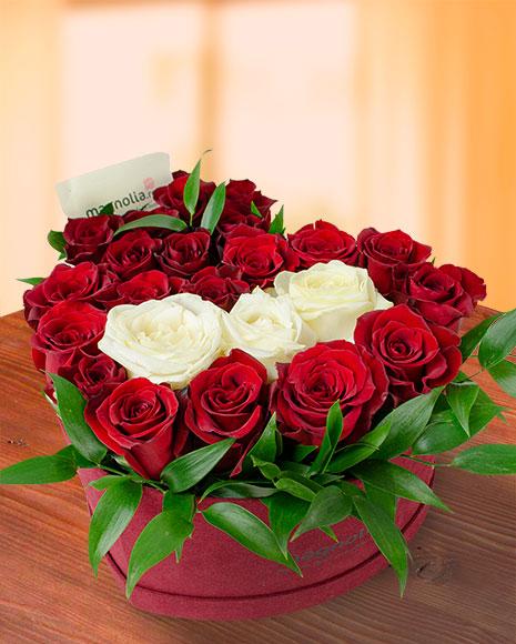 Cutie inimă cu trandafiri roşii şi albi
