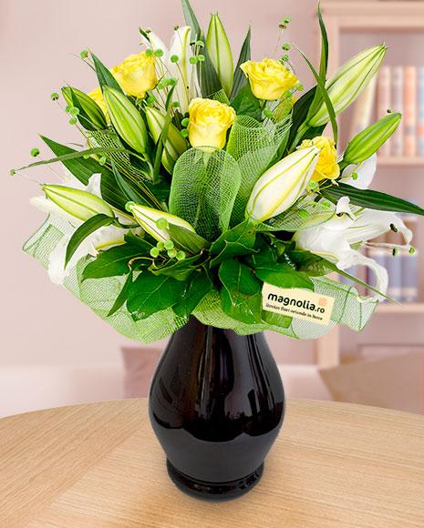 Buchet crini imperiali albi,  trandafiri galbeni și accesorii