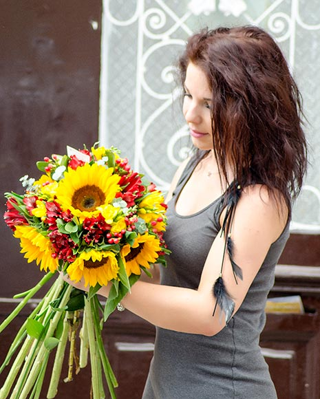 Buchet cu floarea soarelui şi frezii