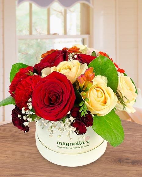Aranjament în cutie cu flori mix roşii şi galbene
