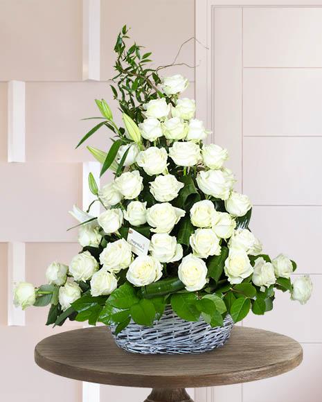 Aranjament funerar cu trandafiri şi crini albi