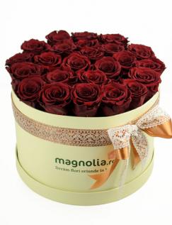 Aranjament cu trandafiri conservati rosii