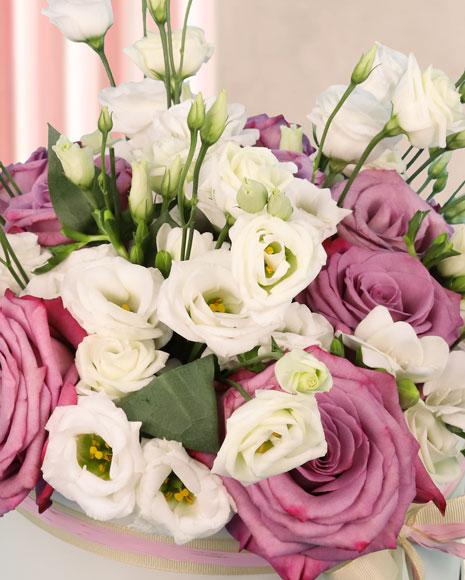 Cutie cu trandafiri roz si frezii