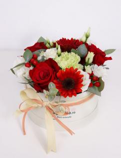 Cutie cu trandafiri si hypericum