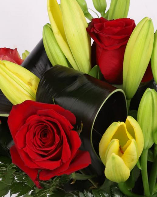 Buchet cu crini si trandafiri