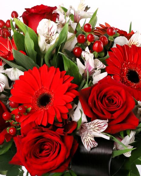 Buchet cu trandafiri rosii si gerbera