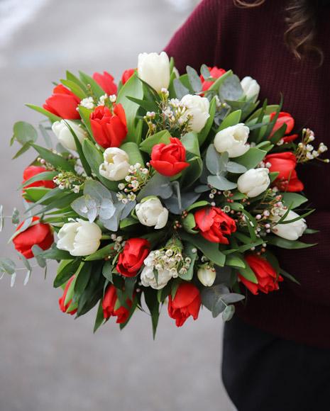 Buchet cu lalele albe și roșii