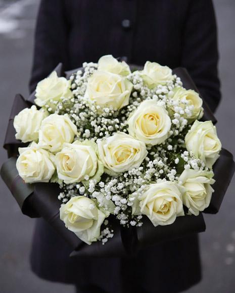 Buchet trandafiri albi şi gypsophila