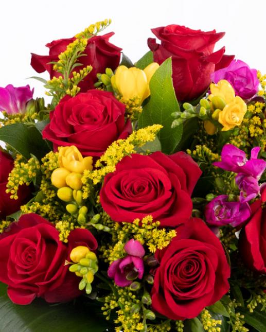 Buchet frezii şi trandafiri