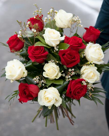 Buchet cu trandafiri albi si rosii