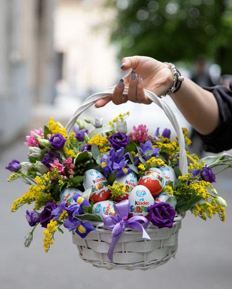 Coș cu flori și ouă Kinder