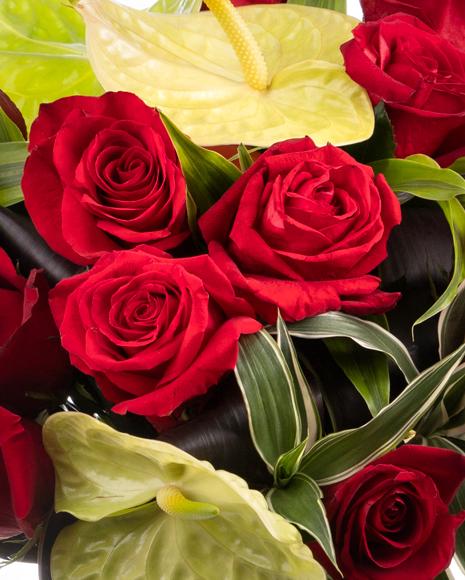 Buchet trandafiri roșii și anthurium