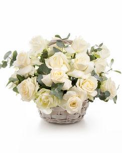 Coș cu trandafiri albi