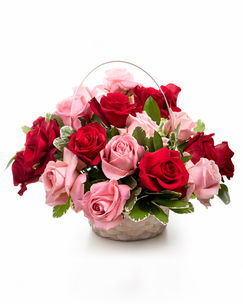 Coș cu trandafiri roșii și roz