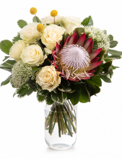 Buchet cu trandafiri albi și protea