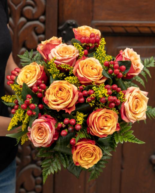 Buchet trandafiri şi hypericum