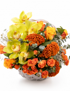 Cos cu trandafiri portocalii și orhidee