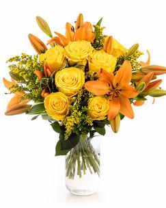 Buchet cu trandafiri galbeni și crini portocalii