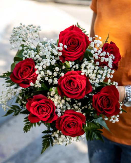 Buchet cu 7 trandafiri si gypsophila