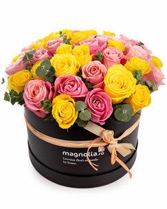Aranjament cutie trandafiri roz şi galbeni